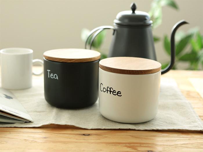teaとcoffeeという文字が描かれた、白黒の陶器製キャニスター。程よいサイズ感とパッキン付きの木製蓋で、コロンとキュートな保存容器です。お客さんへのおもてなしの際に、テーブルまで出してもおしゃれなのが魅力ですね♪