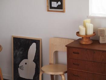 そこで、こちらのブロガーさんが考えたのが、大き目ポスターを配線の前に置いちゃう作戦!見た目もとにかくスッキリ。床置きした可愛いウサギの絵もインテリアにとってもお似合いです♪