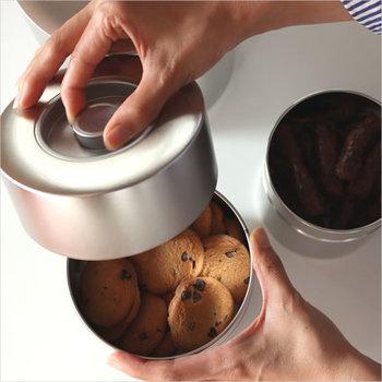 90年以上という長い歴史を持つ、茶筒メーカーの老舗「江東堂」の生地缶。無地のシンプルなスチール製の缶は、気密性が高く光を通さないので、長時間の保管にも適した保存容器となっています。