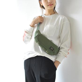 「Kaptain Sunshine(キャプテンサンシャイン)」と、吉田カバンが手掛ける人気ブランドの「PORTER(ポーター)」がコラボレーション。スリムでコンパクトなサイズ感のボディバッグは、荷物が少ない女性にぴったりのアイテムです。