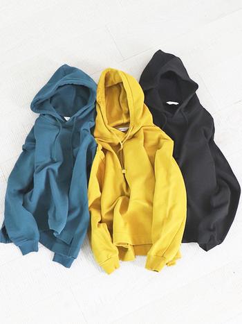 肌触りと吸水性に優れた、機能性抜群のカラフルパーカー。後ろの裾が長めになっているので、着るだけでサマになる優秀アイテムです。