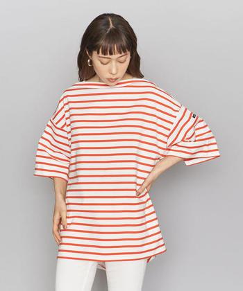 オレンジカラーが季節感たっぷりな、ワイドシルエットのTシャツです。ボートネックが上品な印象を与える一枚は、スキニーデニムやレギンスパンツと合わせてメリハリのある着こなしに。