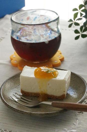 梅シロップ入りの甘さ控えめのヨーグルトレアチーズケーキに、梅ジャムをのせています。上品な甘酸っぱさは、大人のティータイムにぴったりです。