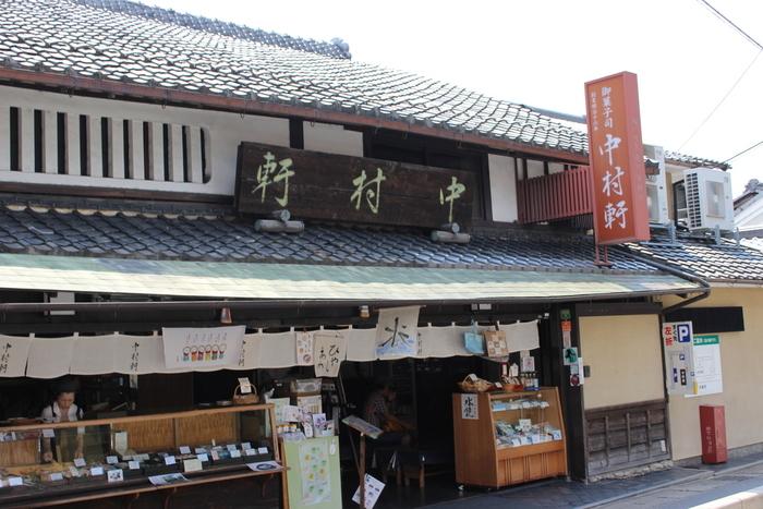 「中村軒」は明治16年創業の老舗。お菓子とお茶で一服できるお店で夏はかき氷や冷やしぜんざい、冬はおしるこなどを提供しています。 建物は明治37年に建てられたもので、店内にはお座敷もありとても落ち着く雰囲気です。趣ある外観は古き良き日本の文化と懐かしさを感じさせる佇まいです。