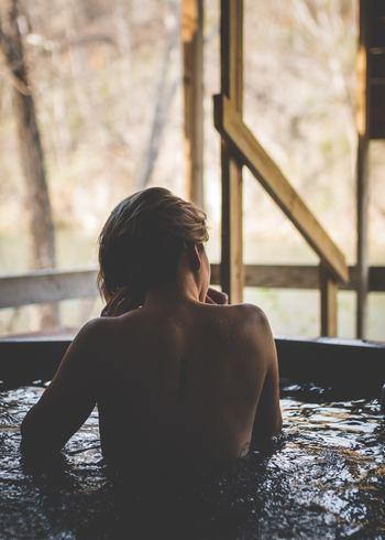 入浴時間は、額からうっすらと汗が出るくらいの、15分くらいがベストです。汗は温まったという身体からのサインなので、見逃さないようにしましょう。短時間お湯に浸かって、出て、また浸かって…を繰り返すのも、血行がよくなります。ただ、長時間続けないように気をつけましょう。 心臓がドキドキしてきたら、もう出たほうがいいサインなので無理は禁物です。