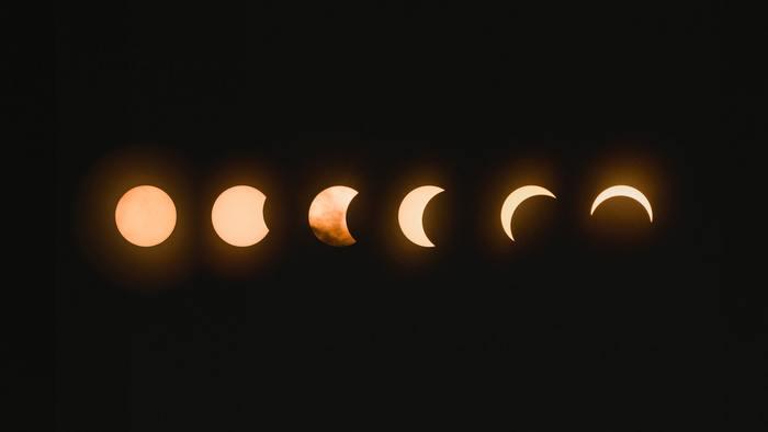 """まずは次の新月の日時を調べましょう。ここで一番大切なのは、新月の願い事は必ず""""新月になってから行う""""こと。新月の日がわかっても、その日が始まると同時に新月になるわけではないので、時間までしっかり調べておくことが必要です。 新月の日時がわかるサイトなどで調べておきましょう。"""