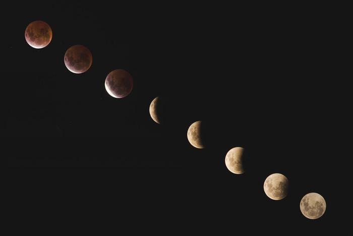 月と運は密接にリンクしていると言われ、月の力を味方につけることでチャンスを掴みやすくなると考えられています。 そんな月星座の調べ方は、ちょっと複雑。誕生日の月日だけでなく、生まれた年も必要になってきます。自分で調べるのは大変なので、月星座がわかるサイトを使って調べてみてください。