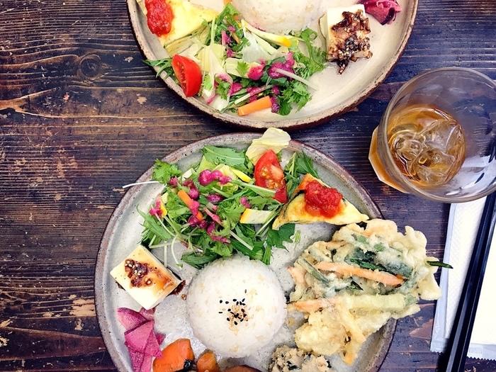 ランチでは、身体に優しいプレートを楽しむことができます。季節野菜のお惣菜、有機豆乳の自家製豆富、有精卵のスパニッシュオムレツなどがバランスよく盛られ、ご飯も玄米入りなのでダイエット中の女性にも嬉しい!エネルギーチャージもできそうなカフェです。