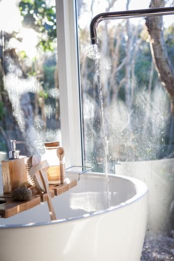 お風呂にあれこれ持ち込みたいなら、バストレイがおすすめです。湯船の幅に合ったものを選んでください。飲み物や本など、濡らしたくないものを置いておけるので便利ですよ。