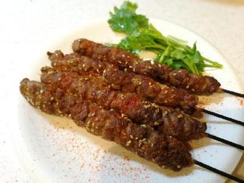 ラム肉の薄切り肉をスパイスたれに一晩浸け、串に刺しながら巻き付けます。あとは、ごまをふって魚焼きグリルで焼くだけ。羊料理の有名店の作り方を参考にしているとか。ラム好きにはたまらない一品ですね。