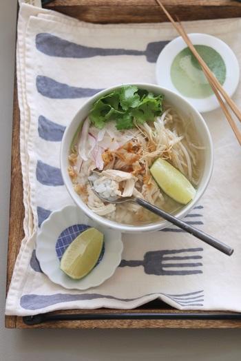 ベトナムで親しまれているフォーのようなエスニック風のスープの中にご飯をin。ササミで作るので、さっぱりヘルシー!野菜もたっぷり頂けます。仕上げにライムを絞れば、より爽やかに…。