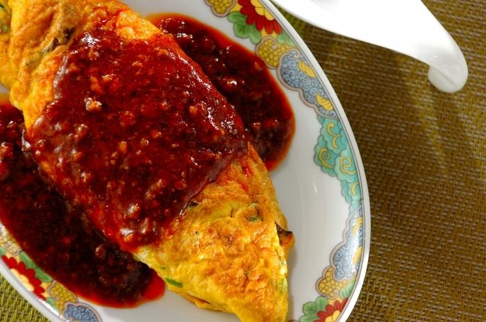 麻婆豆腐の素を使って作る簡単美味しいオムレツアレンジレシピ。ちょっぴり辛いのが苦手な方も卵の優しさで美味しくいただけますよ。
