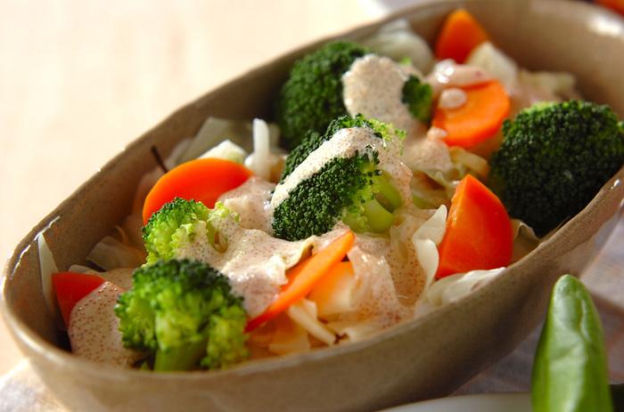 ブロッコリー、キャベツ、ニンジンといった温野菜をたっぷり使い、絶品明太子ドレッシングをかけたヘルシーサラダ。冷え性にお悩みの女性にもおすすめの体にやさしいレシピです♪