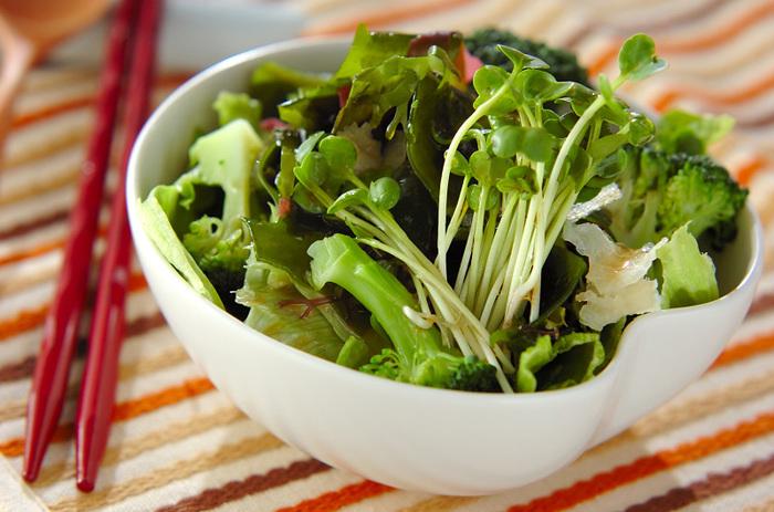 乾燥させた海藻ミックスを使った、お手軽ヘルシーサラダです。和食にも洋食にも合うのが嬉しいポイントです。