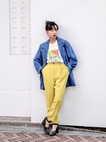 ブルーストライプ柄のテーラードジャケットにビビッドなイエローパンツを合わせたカラーコーディネート。インナーのTシャツで程よくカジュアルダウン。ポップな色使いが素敵な遊び心溢れる着こなしです。