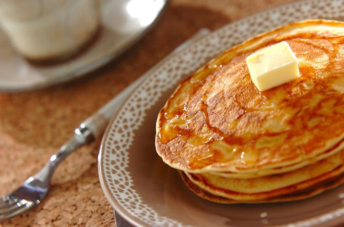 喫茶店ならホットケーキと呼ぶことが多いかもしれませんが、シンプル&ベーシックなパンケーキは、鉄板レシピを覚えておけば、アレンジもしやすいので、おすすめ。きめ細かくふわっとした仕上がりにするために、きちんと粉は振るうことが大切です。