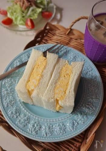 関西の喫茶店の卵サンドといえば、コレ。ふわふわオムレツタイプのもの。一口ほおばる毎に、幸せな気分になれそうです。
