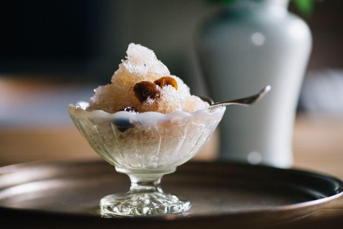 かき氷にぴったりの「フラッペ」は、高台のある上品なデザインがおしゃれな雰囲気。どことなく懐かしさを感じるレトロな佇まいと、少し茶色がかった優しい色合いも魅力的です。かき氷や果物などのデザートはもちろんのこと、和え物やサラダなど副菜を盛る器にも使用できます。