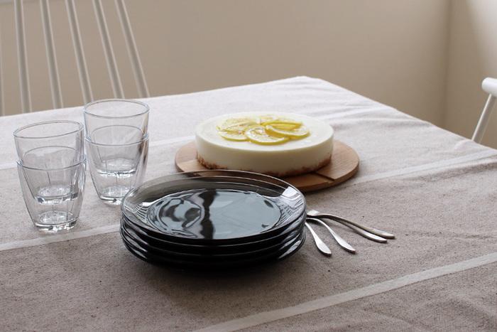 """こちらはスウェーデンの老舗ガラスブランド、「KOSTA BODA(コスタ ボダ)」の""""Bruk.(ブルック)""""シリーズです。北欧らしいモダンで洗練されたガラス食器は、日常の様々なシーンに品よく馴染むシンプルさも魅力のひとつ。大きすぎず、小さすぎない程よいサイズ感の「サイドプレート」は、肉&魚のメイン料理の取り分け皿としても、オードブルやデザートの器としても使いやすく、様々なシチュエーションに活躍します。"""