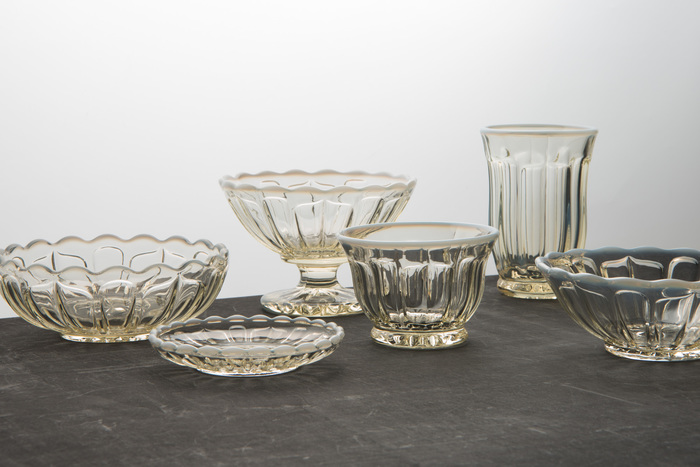 はじめにご紹介するのは、1899年創業の老舗の硝子店「廣田硝子」の素敵な器です。【雪の花】と名付けられたこちらのシリーズは、その名の通り雪のようなやわらかい乳白色の縁取りと、花が咲いたような可憐なデザインが特徴です。ガラス特有の透明感と繊細な色彩で、夏の食卓をおしゃれに演出してくれます。