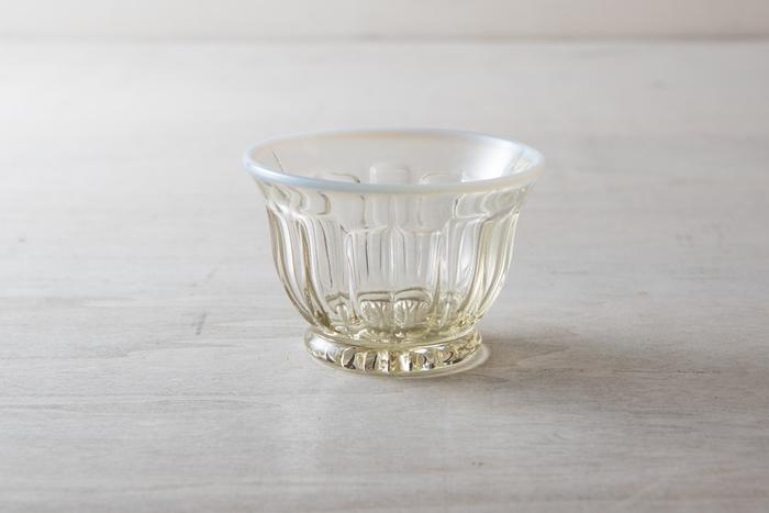 見た目も涼しげな「冷茶グラス」は、麦茶や緑茶をはじめ、日本酒や冷製スープなど幅広い用途に活躍します。深さがあるので前菜やおつまみを盛る器にも◎。アイディア次第で様々な使い方が楽しめそうですね。