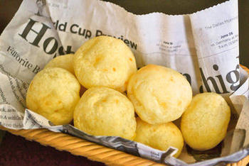 小麦粉の代わりとして「タピオカ粉」を使うこともできます。タピオカ粉は、キャッサバイモを原料としたでんぷん質の粉で、ブラジル名物のポン・デ・ケイジョというチーズパンはタピオカ粉から作られています。  画像は、本場の味のようなポン・デ・ケイジョが簡単に作れるレシピ。発酵不要ですのでさっと作れて、朝食にも良いですね。表面はパリッと、噛むほどにタピオカ粉独特のもっちりした弾力を感じることができます。中にはチーズがとろーり、ベーコンやハムを加えてアレンジしてもおいしそうです。