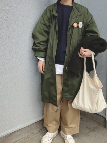 ミドルロング丈のミリタリージャケットを羽織ったチノパンスタイル。王道のカーキ色でも、缶バッチをデコレーションすれば可愛らしく、オリジナリティを演出できますよ♪