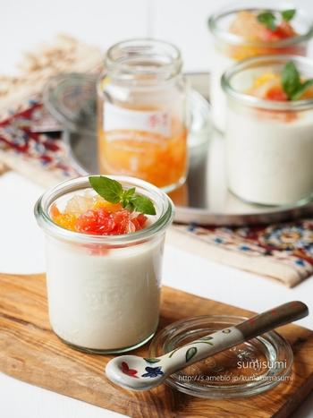 粉寒天で作る、豆乳に生クリームをプラスしたリッチな味わいの豆花。シロップの代わりにお好みのジャムをのせても◎。ガラス瓶に小分けで作ればおしゃれな仕上がりに。おもてなしレシピとしても活用できそうですね。
