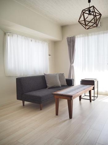 テーブルや椅子、収納家具などは、頻繁に買い替えるものではありません。じっくりと時間をかけて、一生モノを選びたいもの。適当に選んだり、もらったものを仕方なく使ったりするのは、居心地の悪さを生むだけです。5年後、10年後もその家具に囲まれて、心地よく暮らしている自分を想像できるかが基準になります。