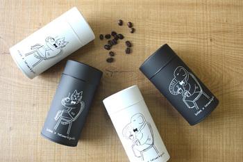 樋口たつのさんデザインの、コーヒータイムを楽しむ猫やゾウが描かれた、krone(クローネ)オリジナルのアニマルキャニスター。肌触りの良いマットな質感の缶に、何とも言えない動物たちの表情がたまりません!密閉度が高い内蓋付きで、コーヒー豆や茶葉の乾燥をしっかり防ぎます。