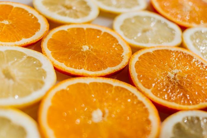 少しずつ暑い日が増えてきましたね。そんな日は柑橘系のスイーツを食べてさっぱりした気分になりませんか?今、旬を迎える「夏みかん」や「甘夏」「日向夏」「グレープフルーツ」「デコポン」といった柑橘類のスイーツレシピをご紹介します。