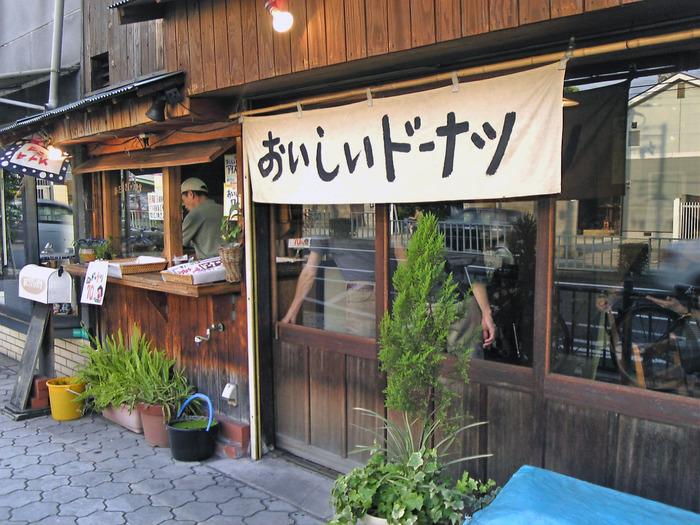 天王寺から南に向かう阪堺電車上町線「東天下茶屋駅」から徒歩5分で、阿倍王子神社の近くにある昭和の風情を感じるお店です。「おいしいドーナツ」と書かれた白地の暖簾が目印です。ハンドドリップのコーヒーは1杯300円で、ドーナツはイートインすると60円になるそうです。店内でゆっくり過ごすのもおすすめですよ。