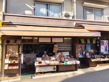 箕面は滝と紅葉が美しい場所です。箕面駅を出て滝に通じる滝道の道中では、いくつものお店が店頭でもみじの天ぷらを揚げています。こちらの「久國紅仙堂」は創業1940年と歴史深く、地元からも長年愛されてる有名なお店です。