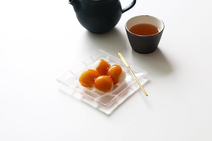 約11㎝ほどの「角皿」は和菓子やケーキなどのスイーツから、和え物や酢の物などの副菜までマルチに使用できる万能皿です。縁が少し立ち上がっているので、冷奴など水気のあるものにも◎。お料理だけではなく、アクセサリートレイなどのインテリア小物としても使用できます。