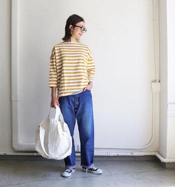 ボーダーにデニム、そしてスニーカーを合わせたベーシックな着こなしも、ボーダーのカラーを黄色にすることで、ぐっと着こなしの鮮度が上がります。肩の落ちたドロップショルダーのデザインが、さり気なく女性らしさを演出します。