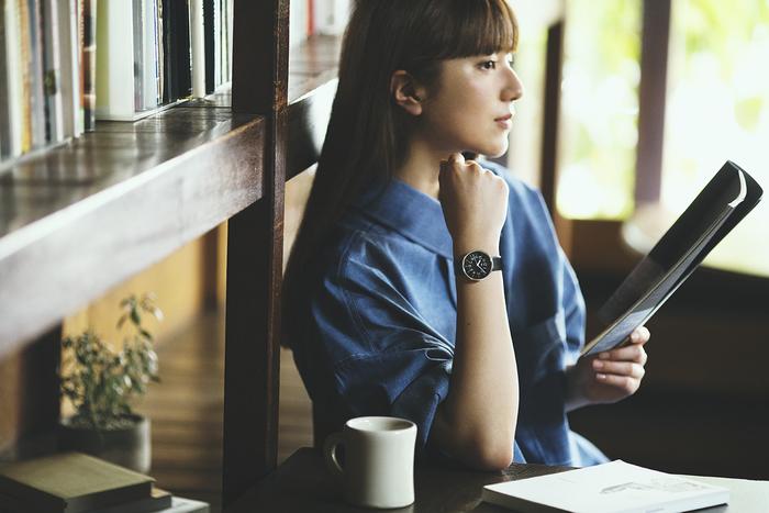 スマートフォンから目を離して本に触れる…たまには時間を忘れるほど読書に夢中になることで、日常から解放され良い気分転換になります。ふと腕時計に目をやると、子どもの頃に見たような、そんな懐かしい気持ちになれるのが『Riki』。黒地の文字板はレトロな雰囲気漂うもモダンな佇まいをしています。