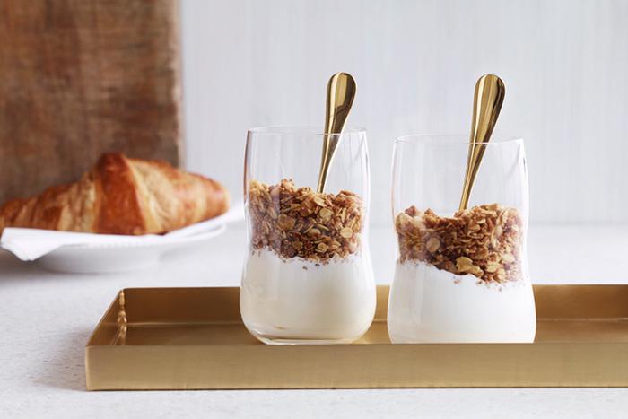 タンブラーとしてはもちろんのこと、こちらのようにヨーグルトやデザートを盛るフリーカップとしても使用できます。スタイリッシュなタンブラーは4個でワンセットになっているので、大切な方へのギフトにもおすすめです。