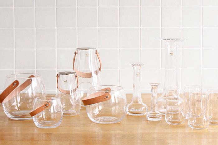 """こちらは1825年創業のデンマークの老舗メーカー、「HOLMEGAAD(ホルムガード)」の美しいガラス食器です。高品質でスタイリッシュなHOLMEGAARDの器は""""王室御用達""""としても知られており、世界中の美術館でコレクションされています。"""