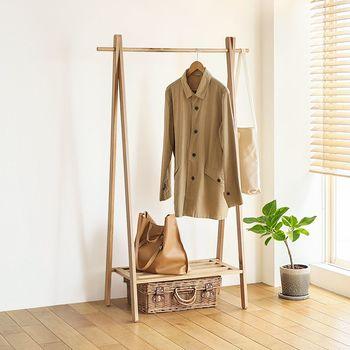 オーク材でナチュラルな雰囲気のハンガーラックは、ディスプレイ感覚で洋服を収納できます。 ポールの端にはバッグが掛けられるので、定位置にしておくと出がけに慌てることもありません。