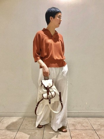 スキッパー襟のニットポロは上品な印象。リネンパンツで上質な大人のカジュアルスタイルを目指して。
