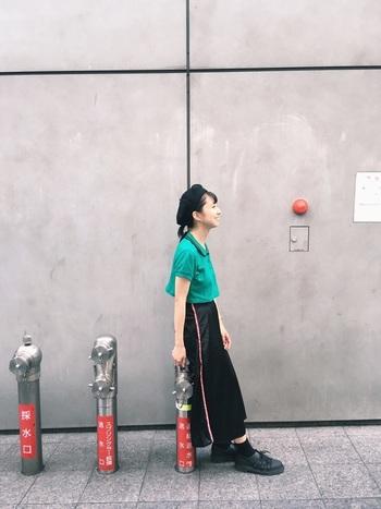 ターコイズグリーンのキレイ色ポロには、カジュアルなライン入りスカートをチョイス。小物はすべてブラックでまとめて、ポロシャツの色を目立たせて。