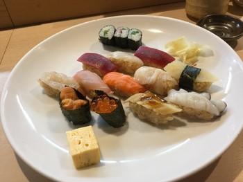 熟成されたうまみたっぷりのお寿司を、ランチならリーズナブルにいただくことができます。 にぎり12貫と茶碗蒸し、汁物がついて1000円。シャリにもこだわっていて、白酢と赤酢の2種類あるそうです。