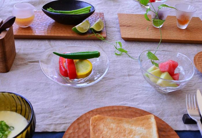次にご紹介するのは、石川県・金沢市を拠点に活躍されているガラス作家、「塩谷 由佳乃」さんの作品です。一点一点手作りで製作されるやさしい風合いのガラス食器は、ナチュラルな木の器や北欧食器とも相性抜群。和・洋どちらの食卓にも上品に馴染む、シンプルかつ洗練されたデザインも魅力的です。