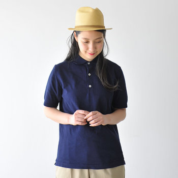 さらりとした着心地で、夏のコーデに欠かせないポロシャツ。定番アイテムだからこそカジュアルすぎず、大人らしく着こなしたいものですよね。