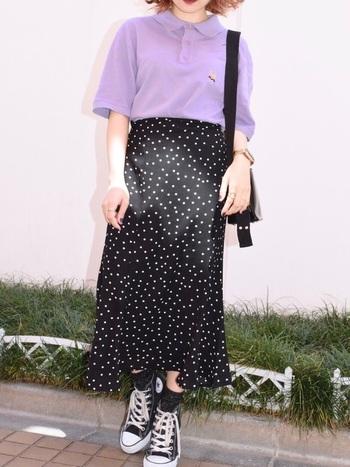パープルのキレイ色ポロシャツにはドット柄スカートを合わせて、デートもOKなキチンとコーデに。