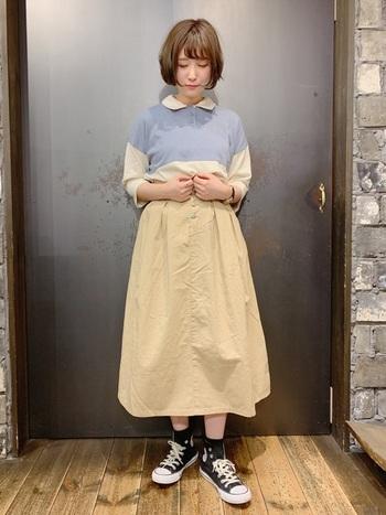 きれいなパステルブルーのポロシャツにベージュのスカートを合わせて、全体的にやさしい雰囲気を出して。