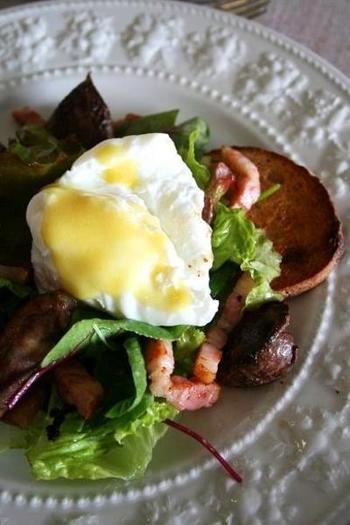 """リヨン風サラダは、フランスの食の都・リヨン生まれのサラダで、""""サラダ・リヨネーズ""""ともいわれます。現地では、ベーコン・ポーチドエッグ・クルトンなどを入れるとか。マスタード入りのフレンチドレッシングを使い、ポーチドエッグをつぶしながらよく混ぜて食べます。"""
