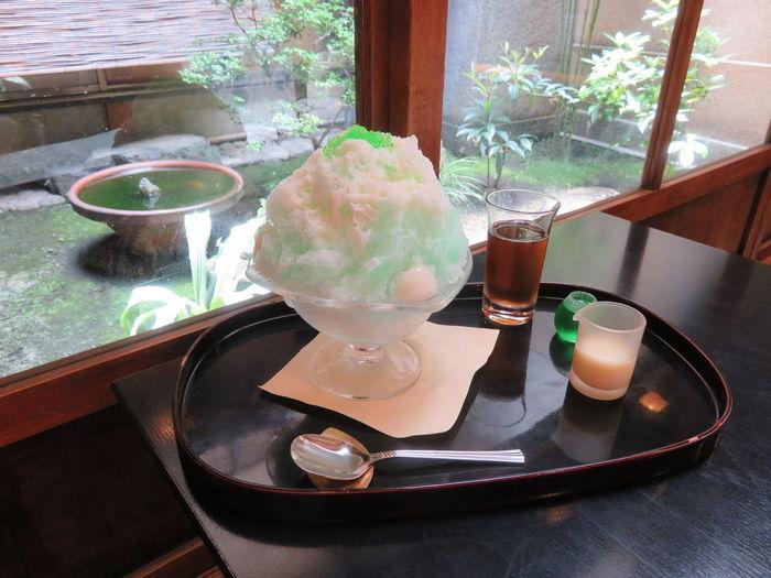 涼しげな淡い緑色の氷の上に、鮮やかなグリーンの寒天がトッピングされたかき氷「ミルクミント」。お店の名物、寒天冷菓子「琥珀流し」に使われているミントシロップをかけたら美味しかったのが誕生の理由だそう。 ペパーミントリキュールのシロップとコンデンスミルクが調和して清涼感と甘味のバランスがいい一品。