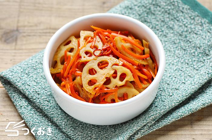サクサクっとした食感が楽しい、きんぴられんこん。そのままでも日持ちしますが、冷凍するとさらに保存が可能に! 食材を切って、調味料と一緒に炒めるだけなので、お料理初心者さんにも嬉しいレシピ。お弁当に入れると、とても彩りが良いので、定番のお弁当おかずとしておすすめですよ!