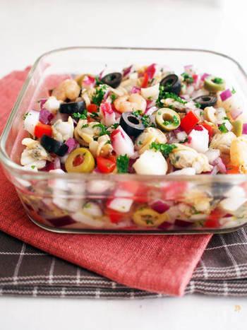 サルピコンは、魚介や野菜を角切りにしてドレッシングで和えたマリネサラダ。タコ・貝・白身魚など、魚介はなんでもOK。大西洋に面し、海の幸を使った料理で有名なガリシア地方の名物サラダは、日本人の口にも合いそうですね。